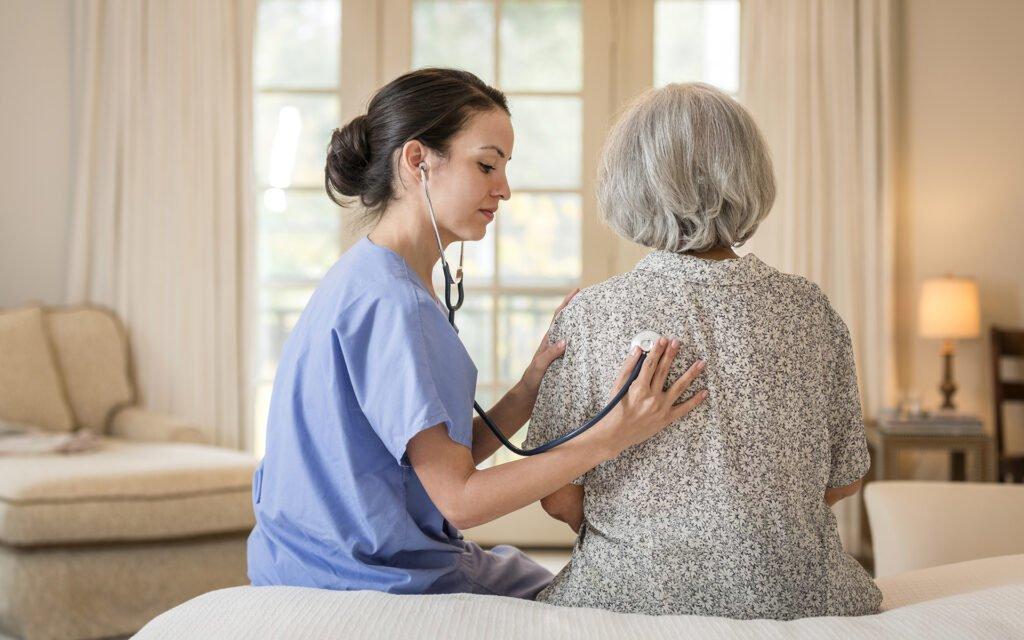 Krankenschwester hört zu Hause Brust des Patienten